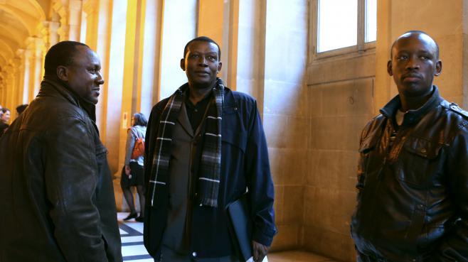 Claude Muhayimana (à g.) etInnocent Musabyimana (à d.), deux Rwandais accusés d'avoir participé au génocide en 1994, attendent au palais de justice de Paris, le 13 novembre 2013.