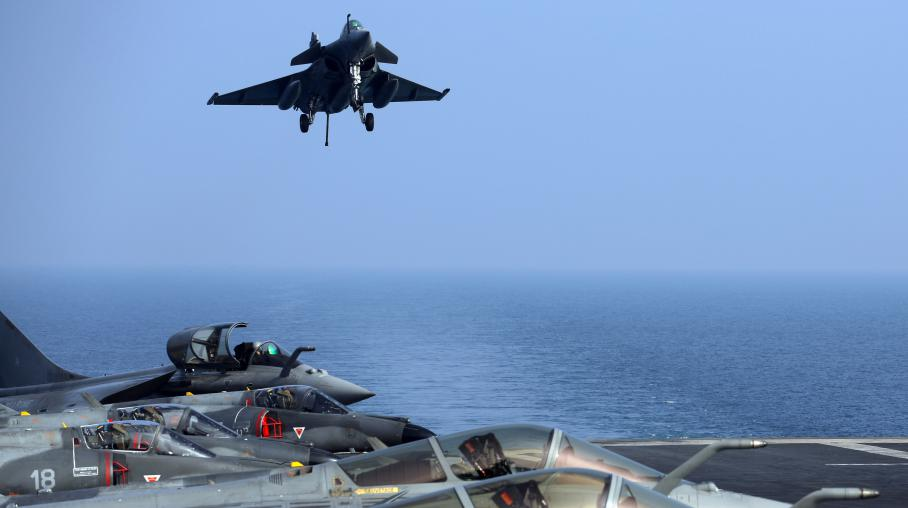 """Un avion Rafale français atterrissant sur le porte-avions """"Charles-de-Gaulle"""" dans le golfe d'Oman, le 31 janvier 2014."""