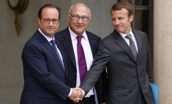 Le président de la République, François Hollande, le ministre des Finances, Michel Sapin, et le ministre de l'Economie, Emmanuel Macron, à la sortie du conseil des ministres, le 27 août 2014 à l'Elysée.