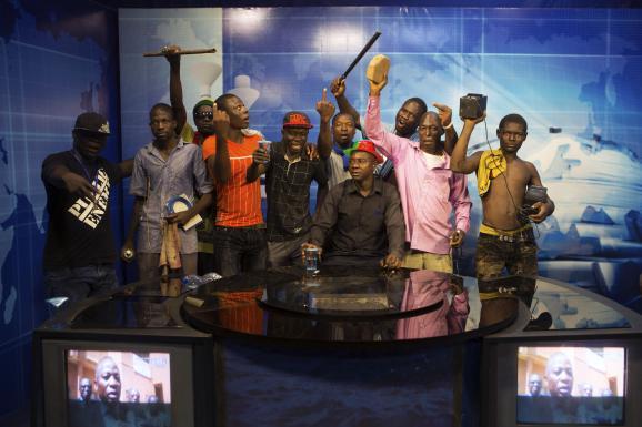Des manifestants au siège de la télévision publique, à Ouagadougou (Burkina Faso), le 30 octobre 2014.