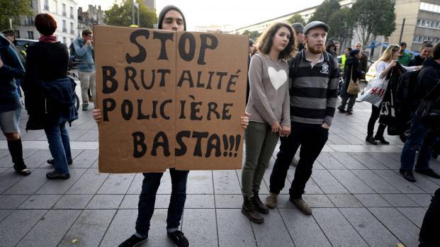 Des manifestants dénoncent la violence policière, le 27 octobre 2014 à Nantes (Loire-Atlantique), après la mort d'un jeune homme sur le barrage de Sivens (Tarn).