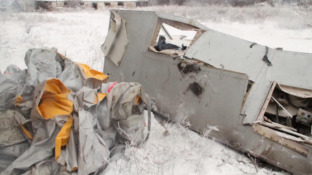 Des débris de la carlingue détruite du vol MH17 sont stocké dans un hangar abandonné à Grabovo, dans la région de Donetsk (Ukraine), le 6 décembre 2014.