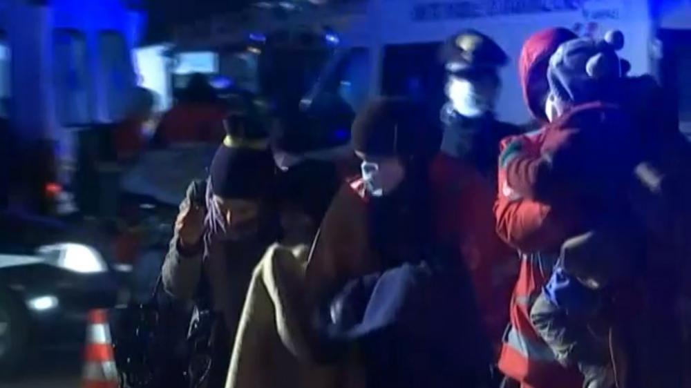 Des migrants pris en charge par les autorités italiennes lors de leur arrivée à Gallipoli (Italie), le 31 décembre 2014.