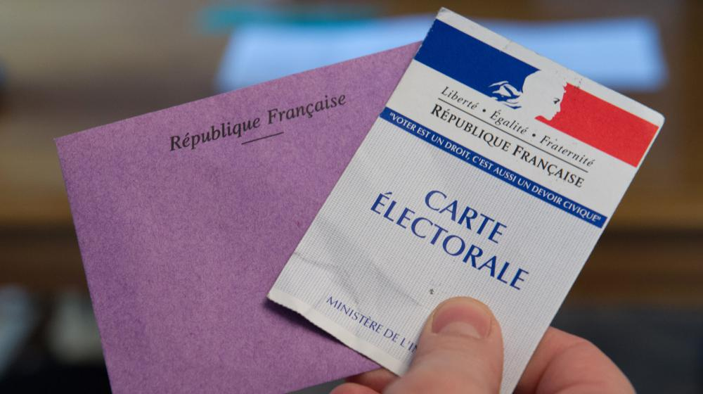 A & eacute; player holds his card & eacute; electoral envelope and the second round of the & eacute; l & eacute election; partial islative Doubs, 8 f & eacute; February, 2015.