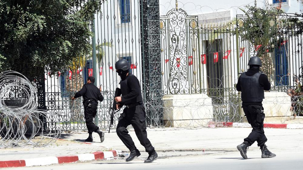 Les forces de sécurité tunisiennes se déploient après l'attaque menée au musée du Bardo, le 18 mars 2015, à Tunis. Dix-neuf personnes, dont deux assaillants, sont mortes.