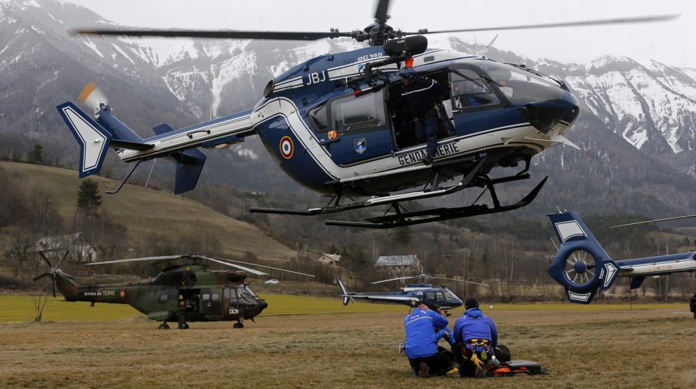 Un hélicoptère de la gendarmerie atterrit à Seyne-les-Alpes (Alpes-de-Haute-Provence), près de l'endroit où un Airbus A320 s'est écrasé avec 150 personnes à son bord, le 24 mars 2015.