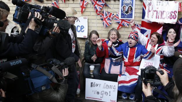 Des citoyens britanniques devant l'hôpital Saint Mary de Londres, le 2 mai, après l'annonce de la naissance du second enfant du prince William et de la duchesse Kate.