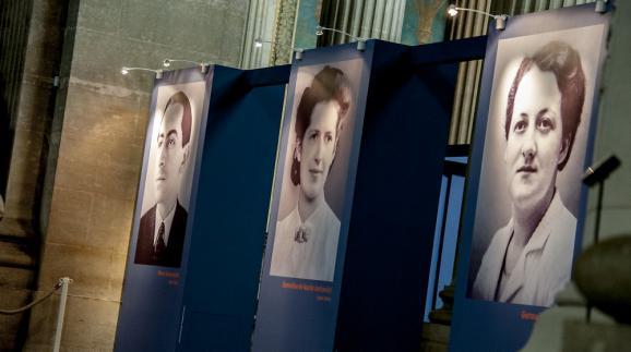 """Portraits de Pierre Brossolette, Geneviève de Gaulle-Anthonioz et Germaine Tillon affichés au Panthéon pour l'exposition """"Quatre vies en résistance"""", du 28 mai 2015 au 10 janvier 2016."""