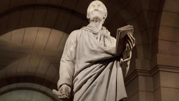 La statue de Voltaire au Panthéon.