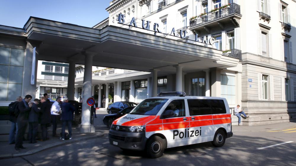 Un van de la police suisse devant l'hôtel de Zurich (Suisse), où ont été arrêtés des responsables de la Fifa, le 27 mai 2015.