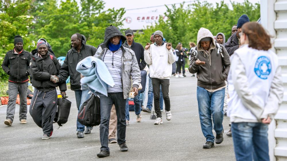 Des migrants évacués d'un camp par des policiers, à Calais (Pas-de-Calais), le 2 juin 2015.