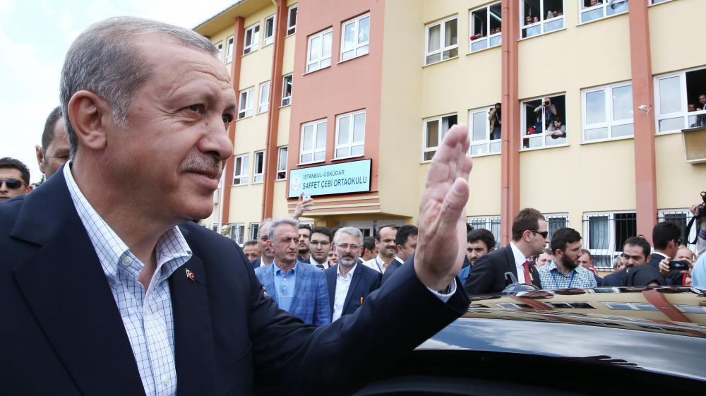 Le président turc, Recep Tayyip Erdogan, salue la foule, à Istanbul (Turquie), le 7 juin 2015.