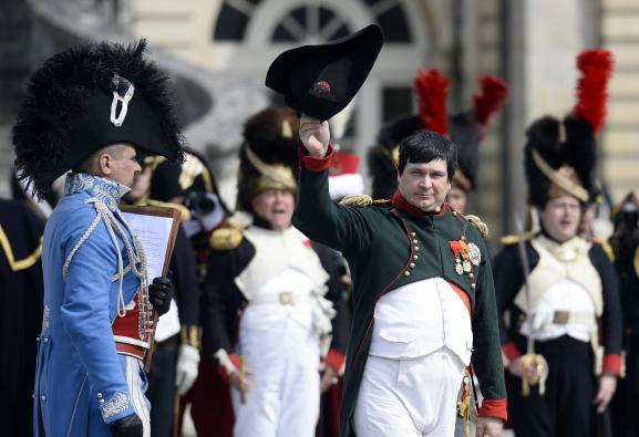 Frank Samson dans le rôle de Napoléon, le 20 avril 2014, à l'occasion des 200 ans des adieux de l'empereur à sa garde, au château de Fontainebleau (Seine-et-Marne).