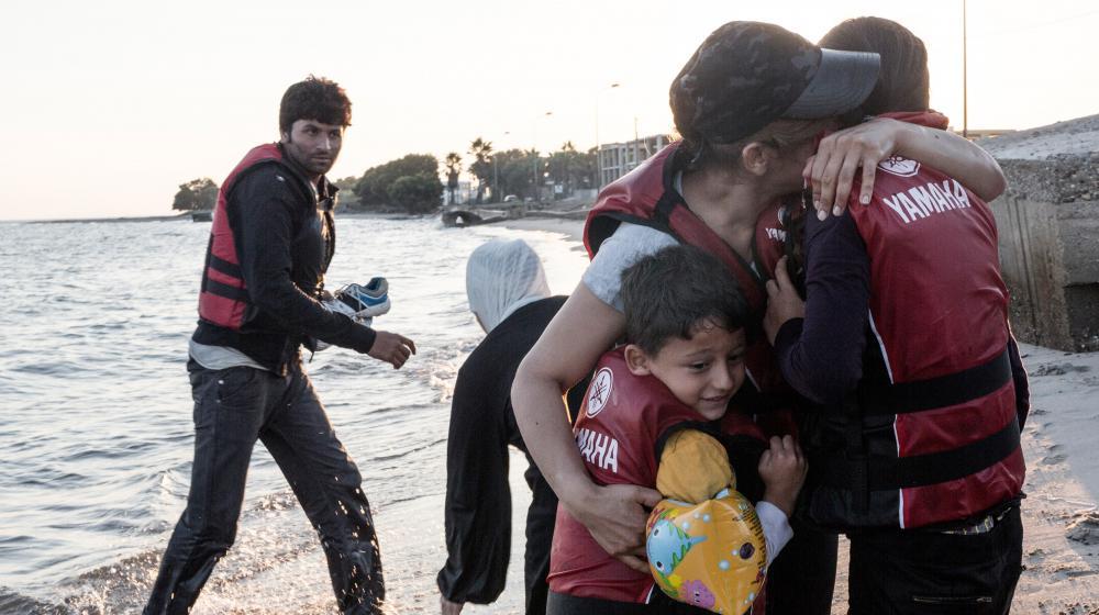 Une mère syrienne embrasse ses enfants à son arrivée sur une plage de l'île grecque de Kos, le 18 août 2015.