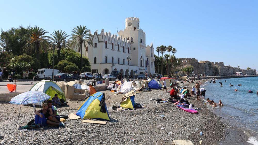 Des migrants campent sur une plage de Kos (Grèce) au pied du poste de police, le 20 août 2015.