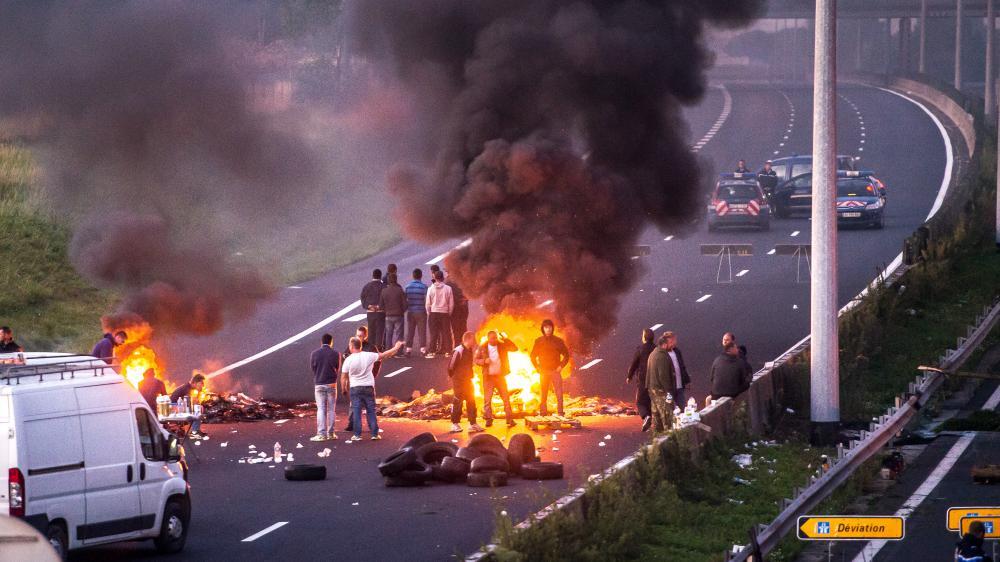 Des gens du voyage bloquent l'autoroute A1, le 29 août 2015, à hauteur de Roye (Somme).