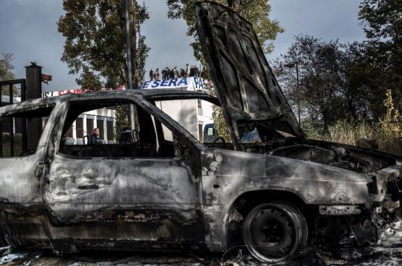 Selon les gendarmes, les militants identitaires qui occupent un bâtiment deSaint-Genis-les-Ollières (Rhône) ont brûlé deux voitures, le 24 octobre 2015.