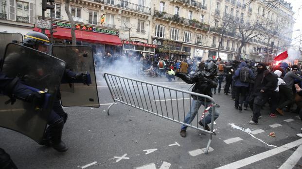 Des manifestants font face aux CRS, place de la République, après la dispersion d'une chaîne humaine pour le climat, le 29 novembre 2015.