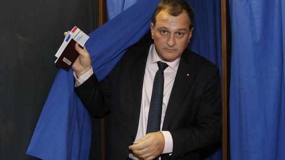Louis Aliot, candidat FNen Languedoc-Roussillon-Midi-Pyrénées, vote lors du second tour des élections régionales, le 13 décembre 2015.