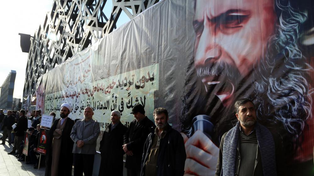 Des manifestants brandissent un portrait du dignitaire chiite NimrAl-Nimr, exécuté par l'Arabie saoudite, à Téhéran (Iran), le 4 janvier 2016.