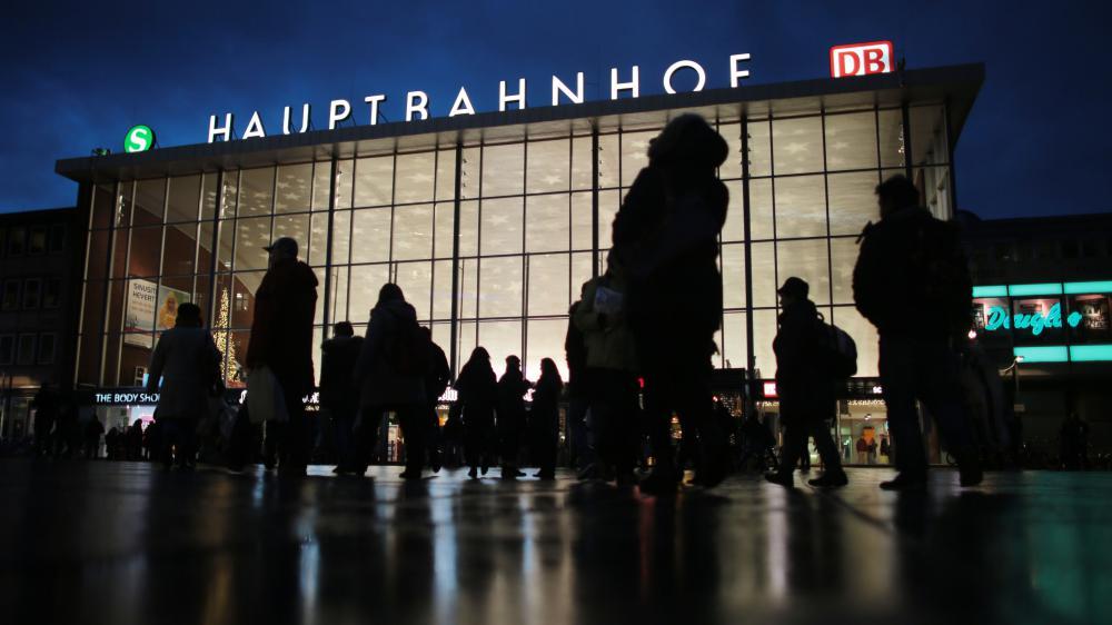Des passants devant la gare centrale de Cologne (Allemagne) le 5 janvier 2016.
