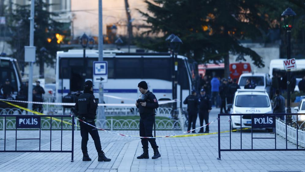 Des policiers montent la garde à Istanbul (Turquie), le 12 janvier 2016, après un attentat-suicide.