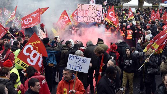 Des militants de la CGT rassemblés place de la Nation, à Paris, le 4 février 2016, en soutien aux huit ex-salariés de Goodyear condamnés.
