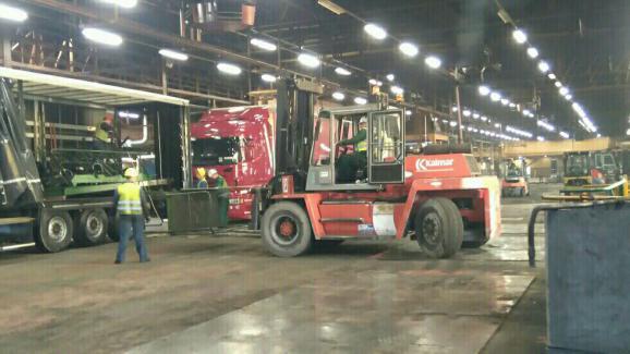 Chaque presse de l'ancienne usine Goodyear d'Amiens-Nord est démontée, puis chargée dans des camions, direction la Pologne.