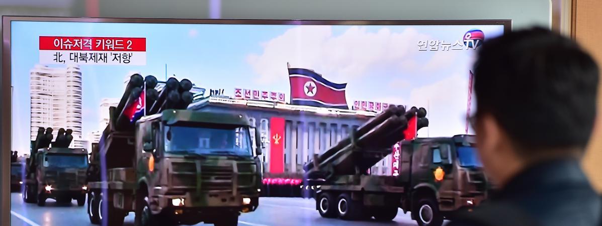 Unetélévision diffuse des images d'un défilé militaire nord-coréen, le 4 mars 2016, dans une gare de Séoul (Corée-du-Sud).