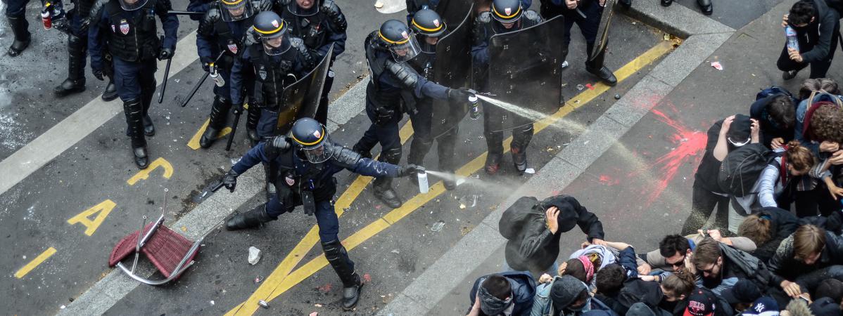 Des CRS emploient des gaz lacrymogènes contre les manifestants à Paris le 14 avril 2016.