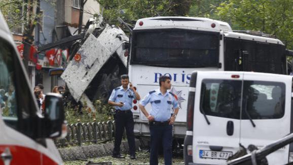 Des policiers sur les lieux de l'attentat à la voiture piégée contre la police à Istanbul, mardi 7 juin 2016.