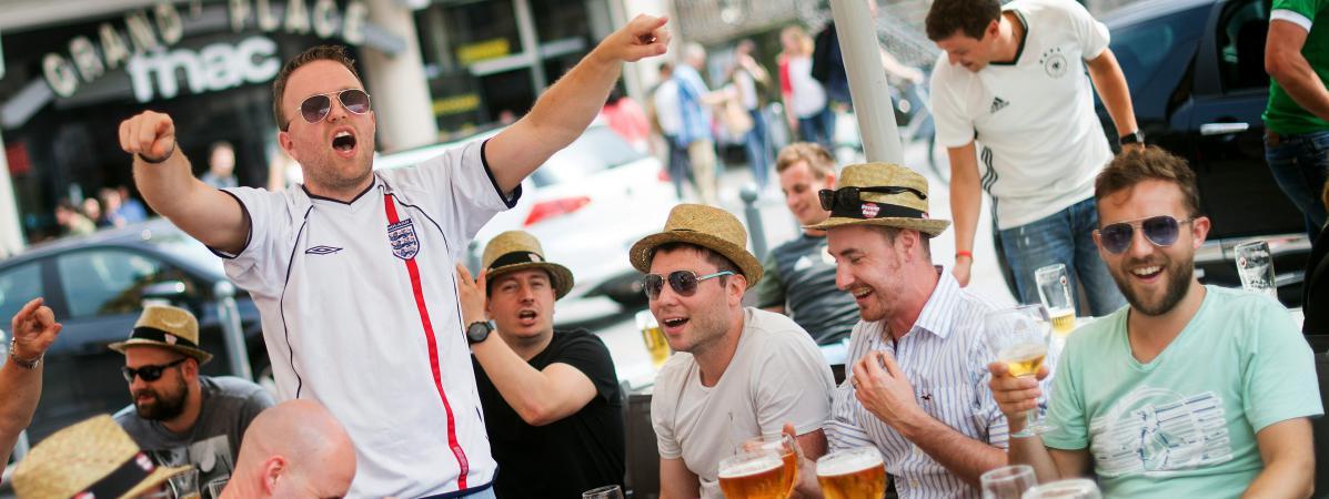 Des supporters anglais boivent des bières, le 11 juin 2016 à Lille (Nord).