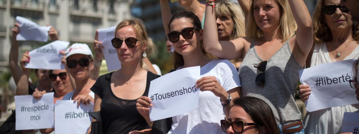 """Des femmes participent à une """"marche des shorts"""", à Toulon, dans le Var, samedi 25 juin 2016."""