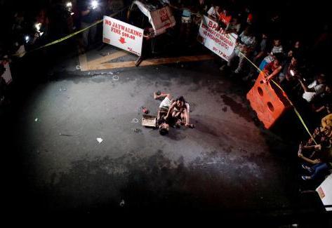 Jennilyn Olayres, près du corps de son compagnon, abattu dans une rue de Manille (Philippines), le 23 juillet 2016.