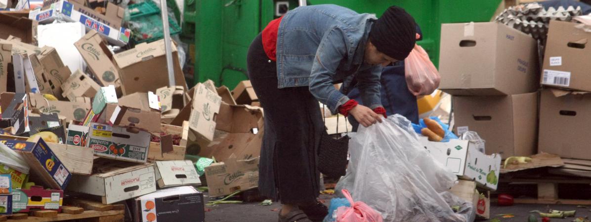 Une personne récupère de la nourriture sur un marché, à Belleville (Paris), le 26 mai 2009.