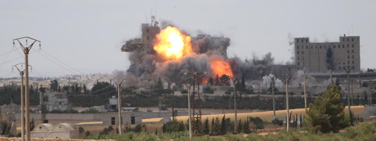 Des combats dans la ville de Manbij, en Syrie, entre les forces démocratiques syriennes etle groupe Etat islamique, le 16 juin 2016.