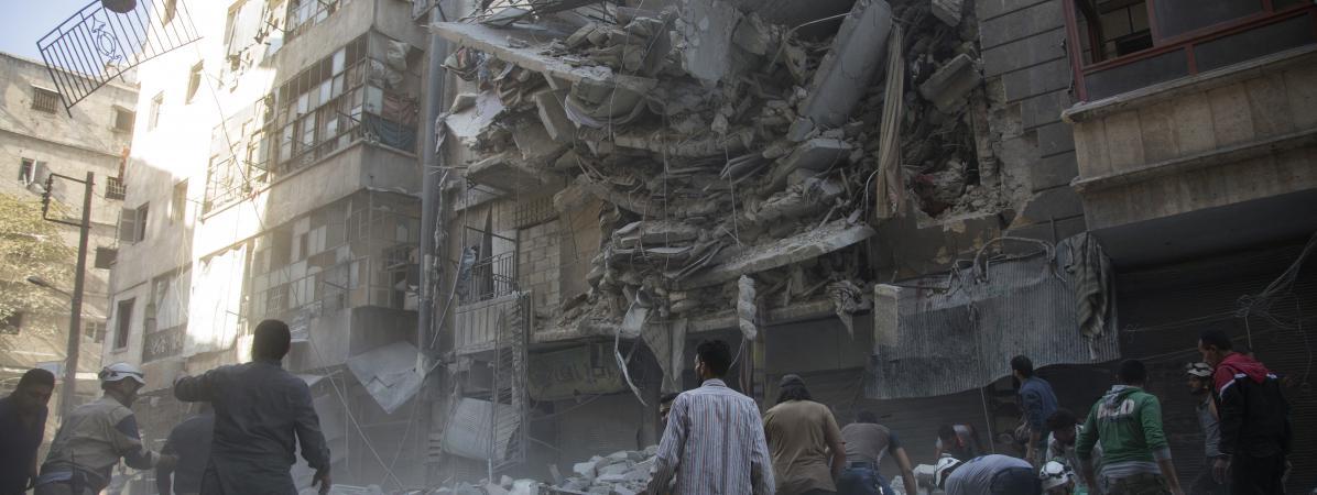 Des civils syriens après un bombardement dans un quartier rebelle de la ville d'Alep (Syrie), le 27 septembre 2016.