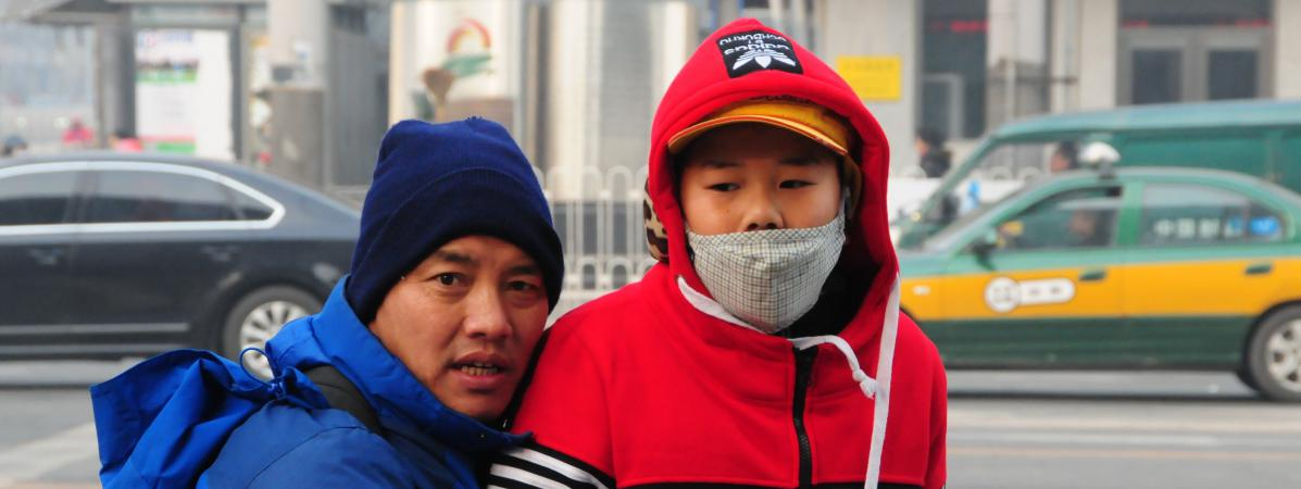 Un enfant porte un masque en raison de la pollution de l'air, à Pékin (Chine), le 28 novembre 2015.
