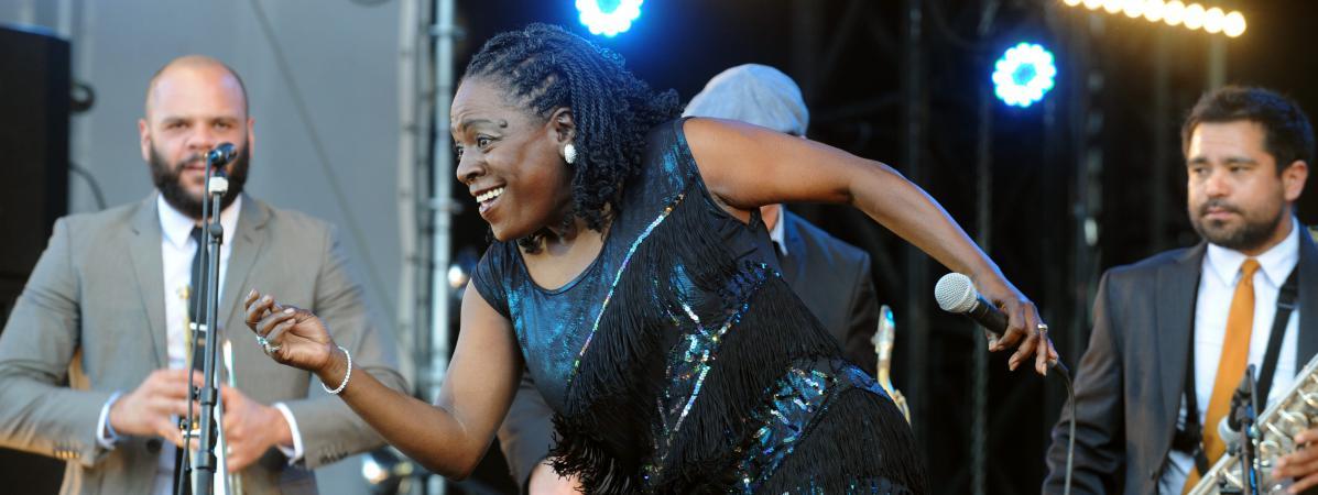 La chanteuse soul Sharon Jones et son groupe The Dap-Kings sur la scène du festival Art Rock à Saint-Brieuc (Côtes-d\'Armor), le 25 mai 2012.