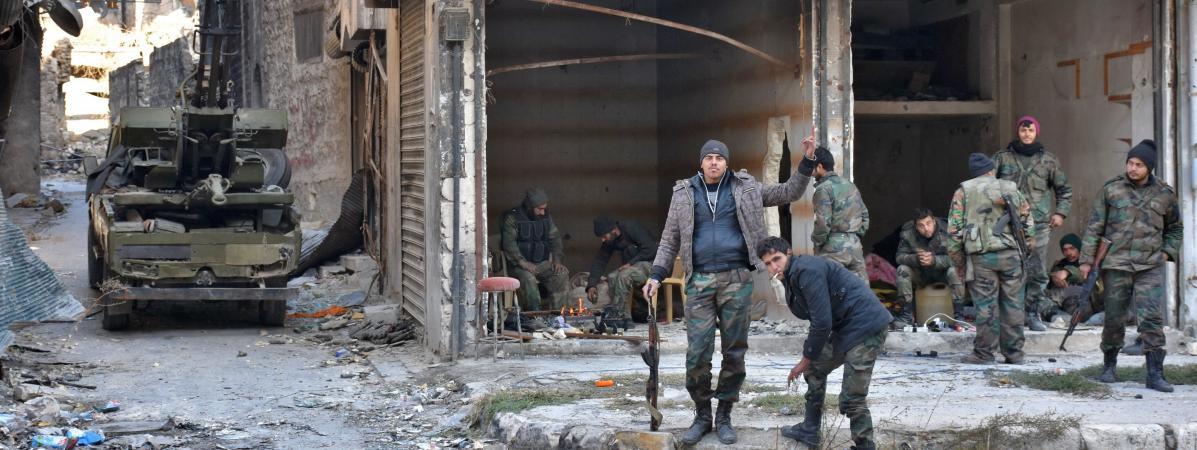 Des troupes syriennes pro-gouvernementales dans la vieille ville d\'Alep, le 8 décembre 2016.