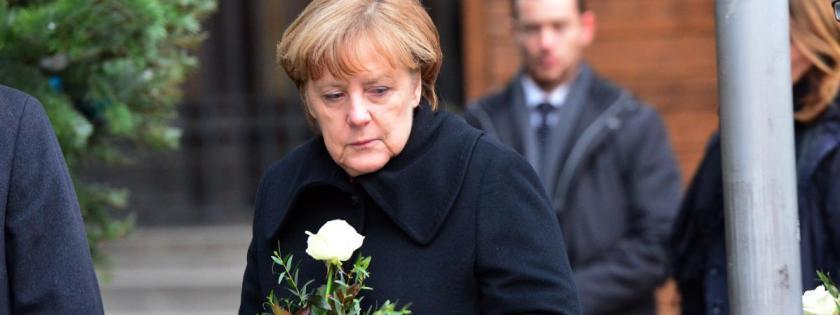 La chancelière allemande, Angela Merkel, dépose une fleur, le 20 décembre 2016, sur le marché de Noël de Berlin(Allemagne),visé la veille par un attentat.