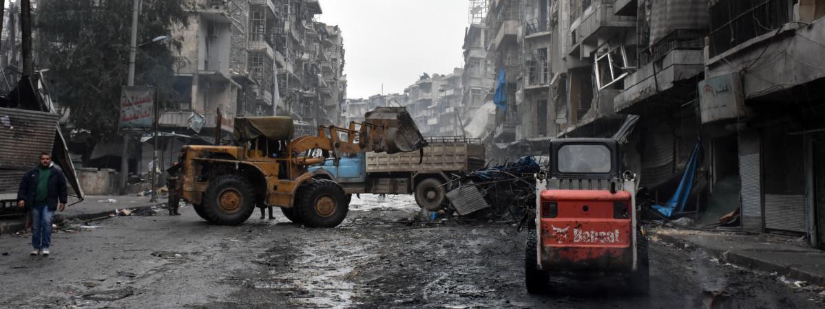 Dans les rues dévastées d\'Alep, ville syrienne désormais entièrement contrôlée par les forces du régime de Bachar-Al-Assad, le 27 décembre 2016.