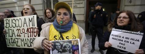 """Manifestation à Madrid, des mères victimes du scandale des \""""bébes volés du franquisme\"""", le 27 janvier 2014."""