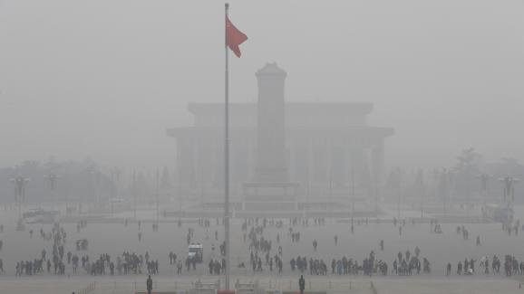 """L\'emblématique place Tiananmen, à Pékin, le 20 décembre 2016, est recouverte par un épais\""""smog\"""" de pollution. La capitale chinoise est en alerte rouge depuis le 16 décembre."""