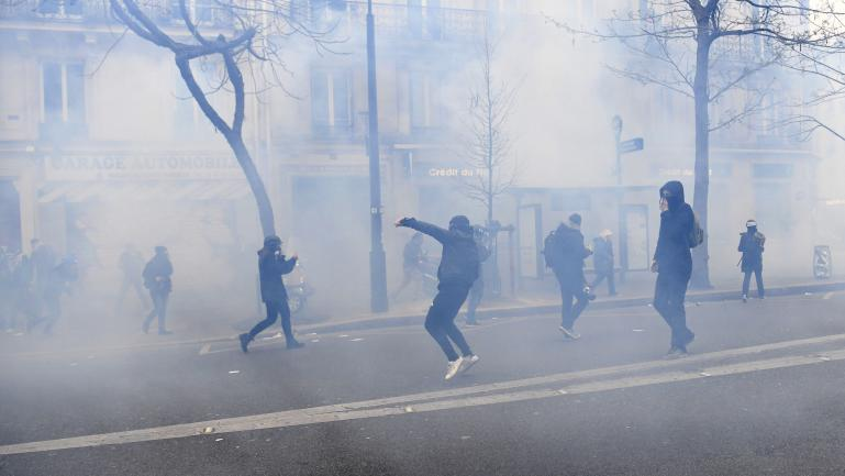 """Des heurts entre manifestants et policiers lors de la marche \""""pour la justice et la diginité à Paris\"""", dimanche 19 mars."""