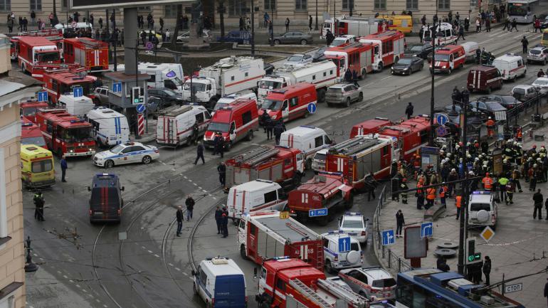 Les services de secours se déploient devant la station de métroSennaïa Plochiad, après un attentat dans le métro de Saint-Pétersbourg (Russie), le 3 avril 2017.