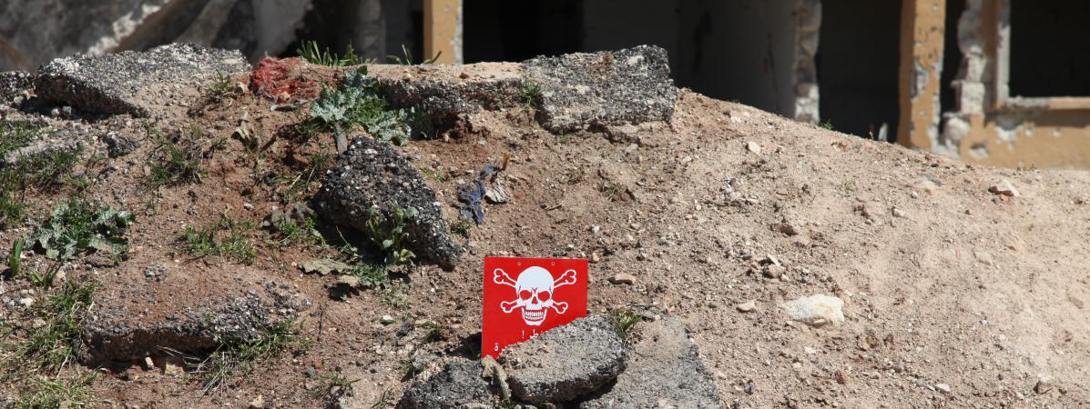 Un panneau signale une zone potentiellement contaminée à Khan Cheikhoun, en Syrie, le mercredi 5 avril.