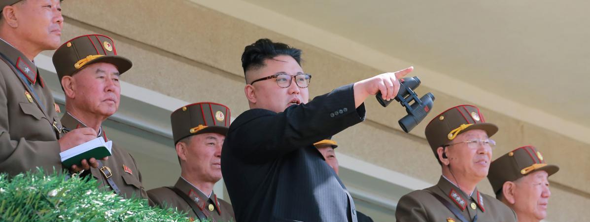 Pohot non datée fournie le 14 avril 2017 par l\'agence officielle nord-coréenne, montrant Kim Jong-un inspectant des exercices militaires, en Corée du Nord.