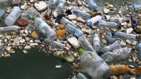 Le plastique pollue l\'eau.