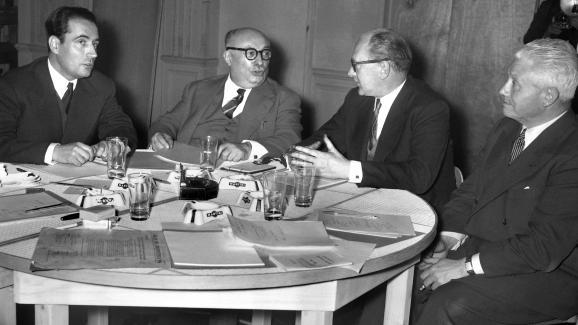 FrançoisMitterrand (gauche) lors d\'un débat en vue des élections législatives en décembre 1955 à Paris, avec le communiste Jacques Duclos, le socialiste Guy Mollet et le député George Lafargue.